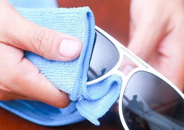 چگونه شیشه عینک آفتابی را تمیز کنیم؟